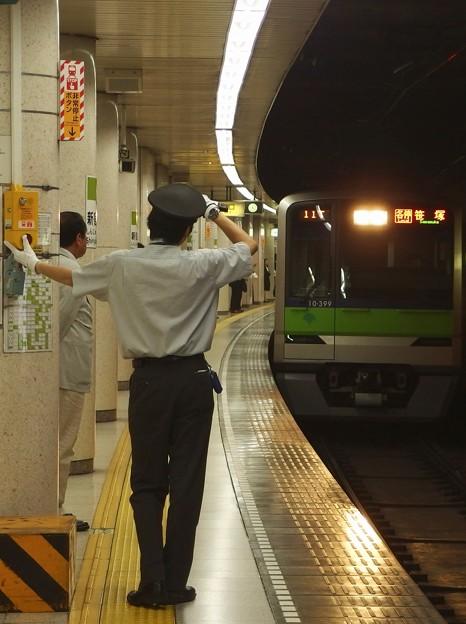 都営新宿線新宿三丁目駅1番線 都営10-390F各停笹塚行き進入