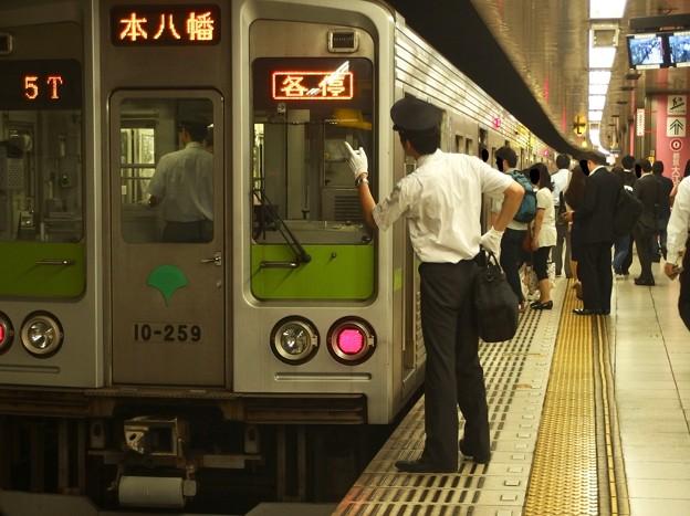 京王新線新宿駅5番線 都営10-250F各停本八幡行き表示確認(京王)