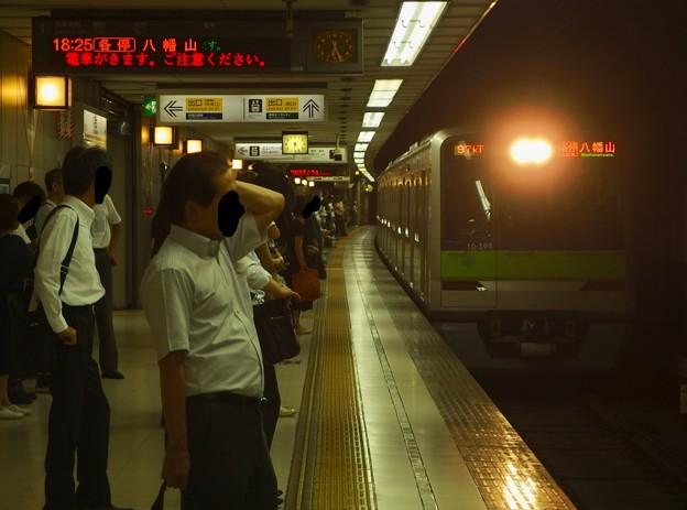 京王新線初台駅1番線 都営10-390F各停八幡山行き進入