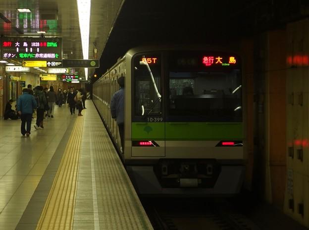 都営新宿線神保町駅2番線 都営10-390F急行大島行き前方確認