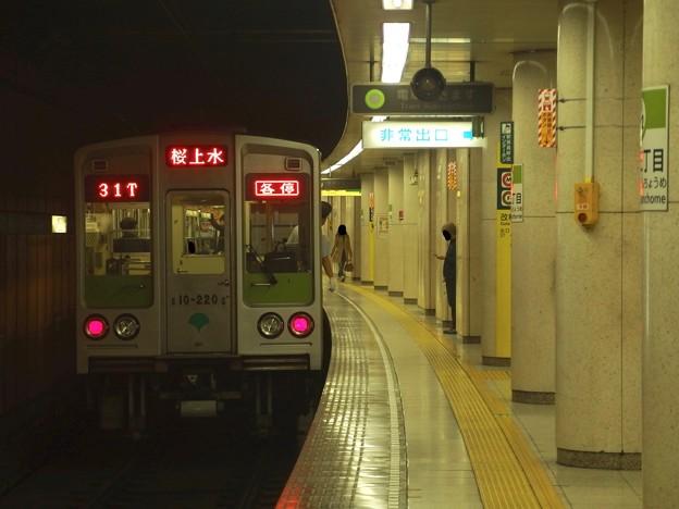 Photos: 都営新宿線新宿三丁目駅1番線 都営10-220F各停桜上水行き前方確認