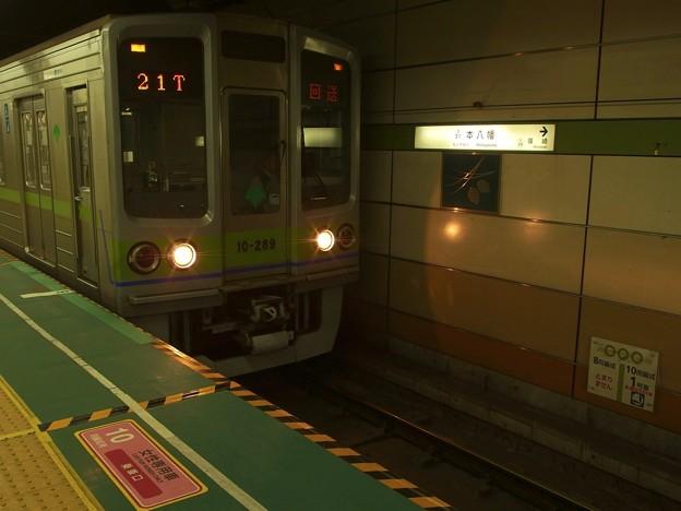 都営新宿線本八幡駅1番線 都営10-280F回送大島行き発車