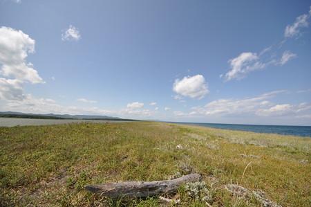 シブノツナイ湖左と、右 オホーツク海