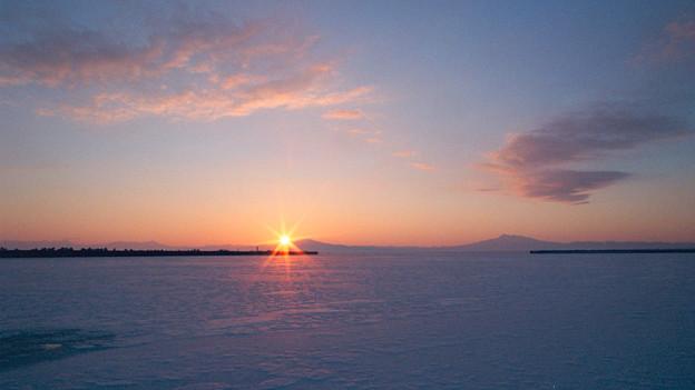 写真: 網走港の日の出