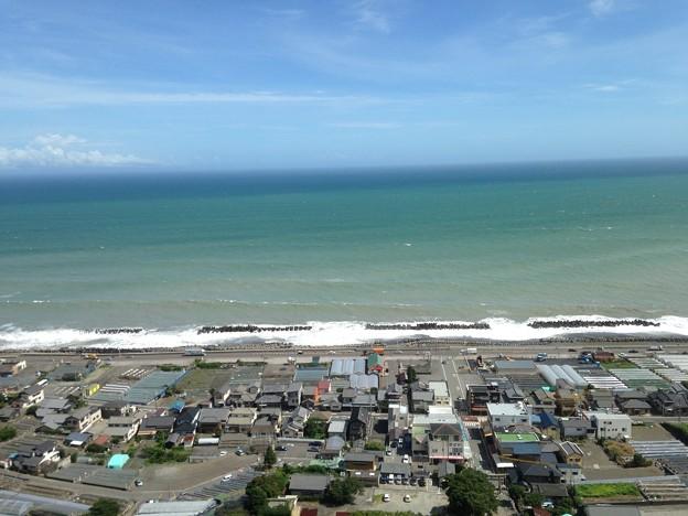 海と青空と町並み