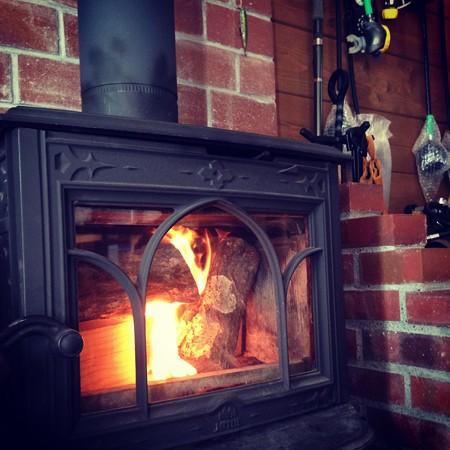 薪ストーブに火が灯りました!(暖かーい♪)