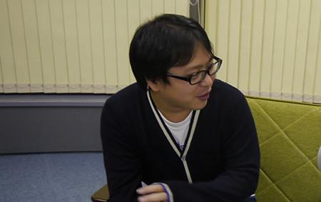 左を向いて語るデザイナーの町田さん