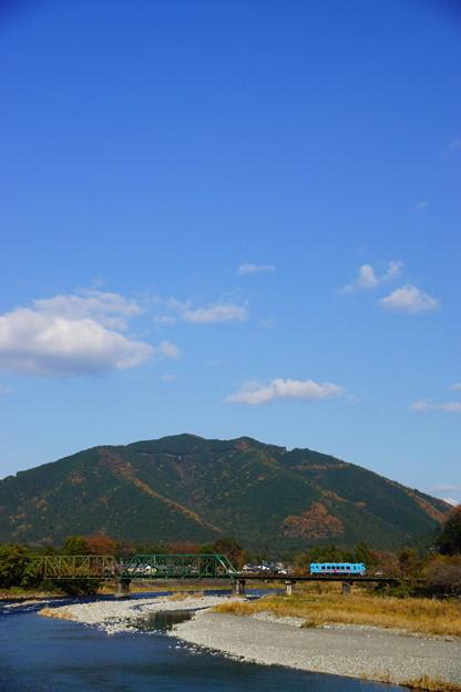青空と紅葉と根尾川そして列車