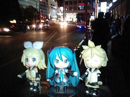 ミク:「それでは、夜行バス『ルミナス号』に乗ります!」 リン:「岡...