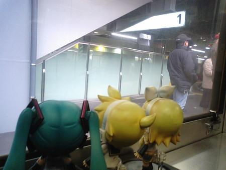 広島駅に停車。発車まで11分待ちます。 レン:「今回も広島駅は通...