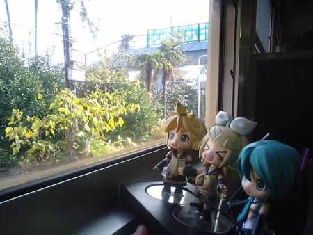 青島駅に停車。 リン:「青島幸男さんのふるさとー!!」 レン:「ま...