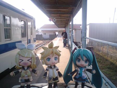 ミク:「志布志駅に無事到着しました!」 リン:「うひょー?! マジ...