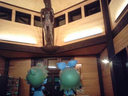 枕崎駅の新築駅舎に、実は初めて入ってみた。 リン:「だッ、誰だお...