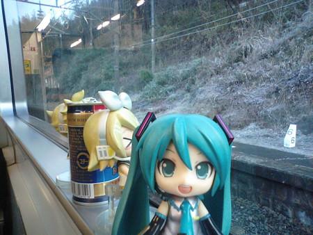 田原坂駅に停車。 ミク:「今朝、ミクPCの充電に失敗したので、この後...