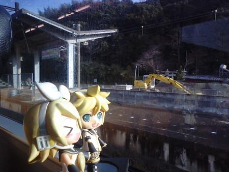 渡瀬駅に停車。 リン:「渡瀬恒彦さんのふるさとーー♪」 レン:「ま...