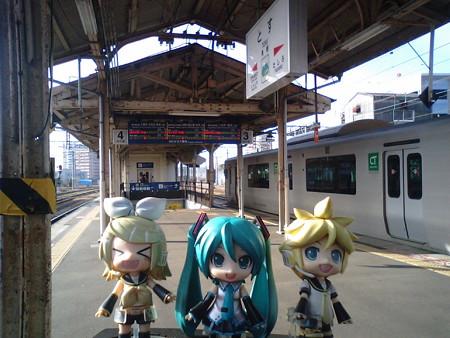レン:「鳥栖駅に着いた!」 ミク:「次は約30分待って、門司港行き...