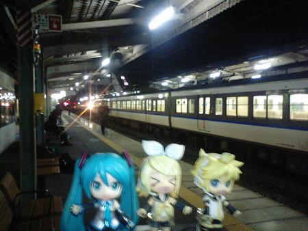 ミク:「広駅に到着です。9分後に次の電車きますね」 リン:「全然広...