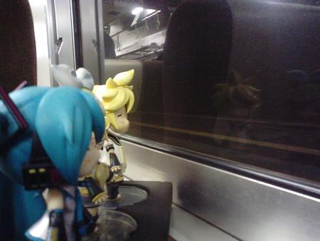 備後赤坂駅に停車。 ミク:「リンちゃんが起動するまで、わたしがボ...