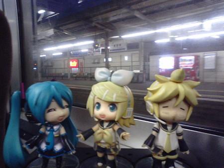 新倉敷駅に停車。 リン:「リンちゃん起動なう♪」 ミク:「リンちゃ...
