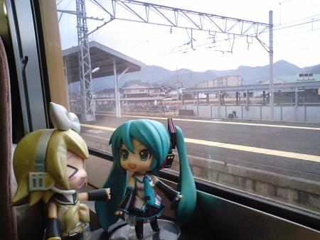 和気駅に停車。 リン:「この駅を『わけ』という名前にしたワケ、知...