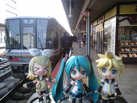 姫路駅に到着、上り新快速に乗り換えます。 リン:「すごい混雑だっ...