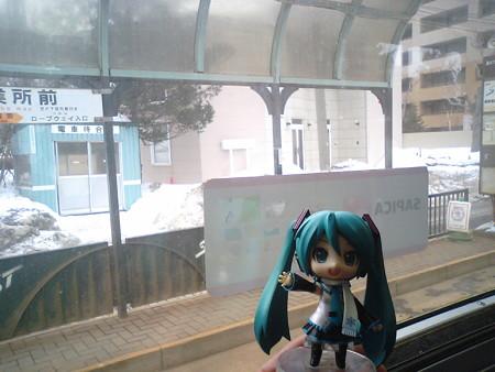 電車事業所前に停車。運転士交代します。 ミク:「雪ミク市電のおう...