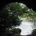 写真: トンネルの向こうには
