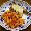 写真: トマトソースペンネと鶏手羽先のチーズ焼き