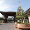 Photos: 鼓門と雪吊り~金沢駅~