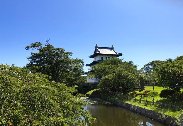 松前城と池