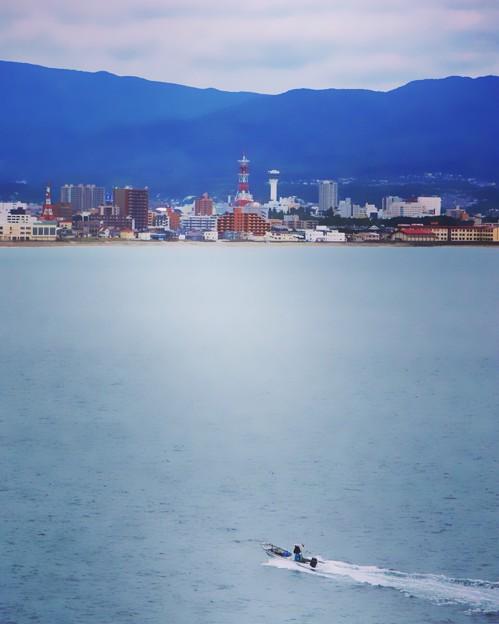 漁船と函館市街地