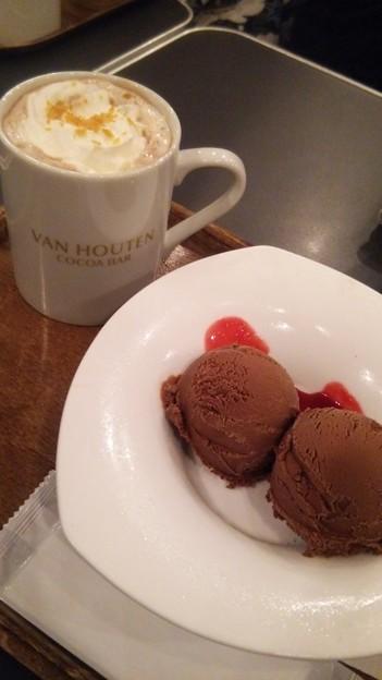 原宿のバンホーテンのココアバーでジンジャーココアとチョコレートアイス。うまうま(*´∀`)