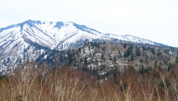 残雪残す十勝岳