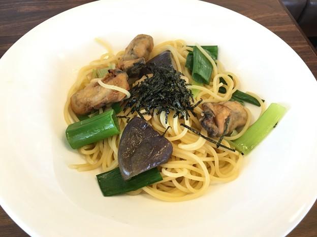 広島産牡蠣と松茸と九条ネギの和風スパゲッティ