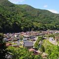 写真: 奈良井宿と特急しなの