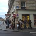 写真: パリの街角で