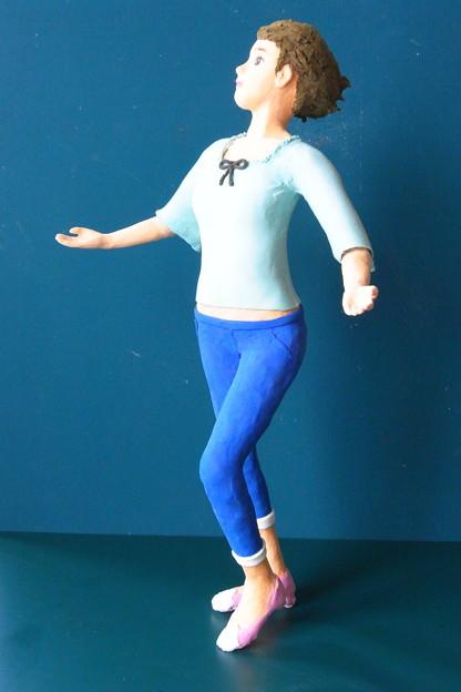写真: クレイ人形「風に向かって」右横から