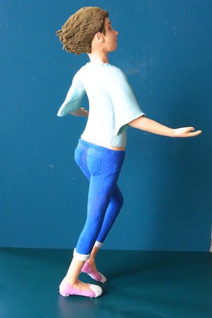 写真: クレイ人形「風に向かって」右後ろ