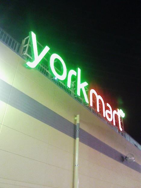 写真: ヨークマートがこんなロゴに...