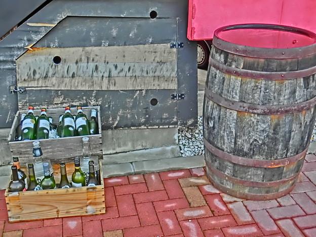 空き瓶と樽