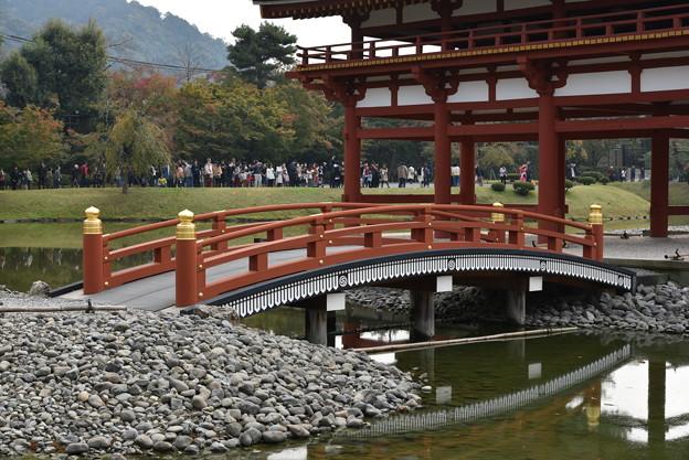 写真: 平等院鳳凰堂への橋