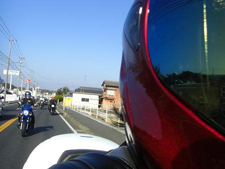 ヘルメット幅利かせすぎ