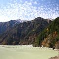 高瀬ダムの山の紅葉