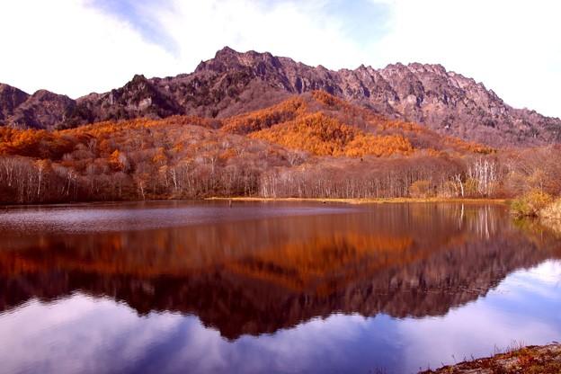 鏡池の紅葉の水鏡