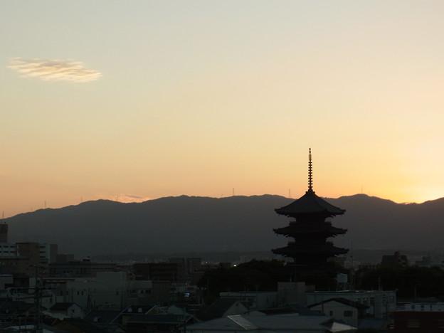 東寺の夕暮れ、雲ひとつ