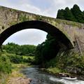 写真: 川の流れと通潤橋