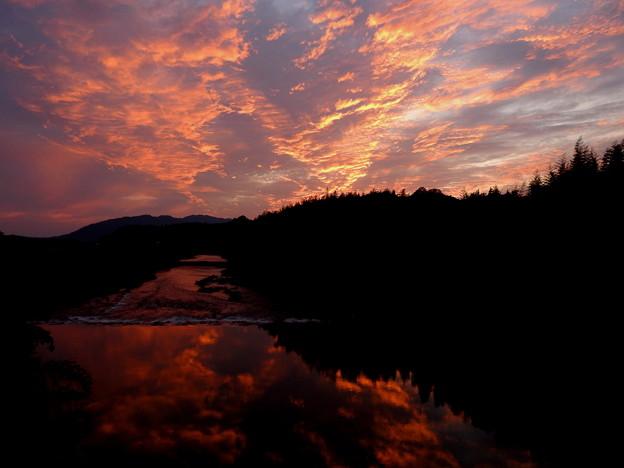 写真: 夕焼けの川面
