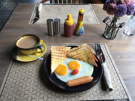 朝食....頑張って顔にしているみたいなのだが
