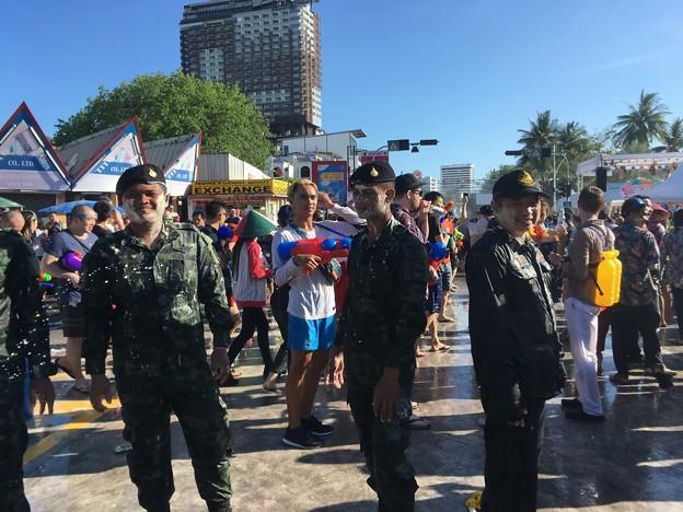 写真: 警察にも容赦なく突撃