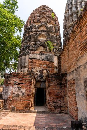 両隣の仏塔に繋がっております